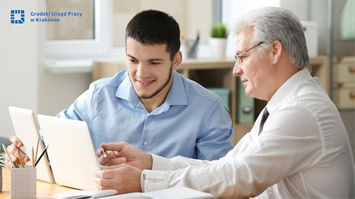 mężczyźni pracujący przy komputerze