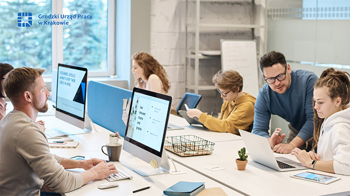 osoby w różnym wieku w sali komputerowej